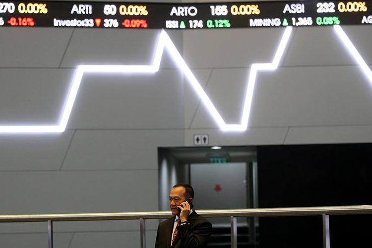 Karyawan melihat layar pergerakan Indeks Harga Saham Gabungan (IHSG) di Bursa Efek Indonesia, Jakarta, Senin (13/3/2017).