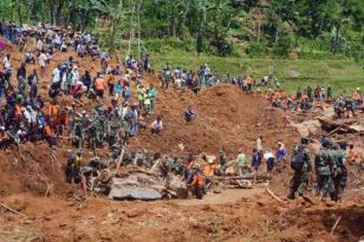 Tim SAR mencari korban tertimbun tanah longsor di Dusun Jemblung, Desa Sampang, Banjarnegara, Jawa Tengah, Minggu (14/12/2014). Peristiwa ini mengakibatkan ratusan rumah tertimbun dan puluhan warga meninggal dunia.