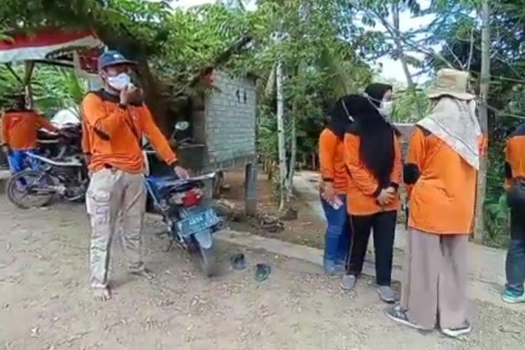 Relawan siaga bencana melakukan simulasi tsunami di Desa Sarongan, Banyuwangi, Jawa Timur.