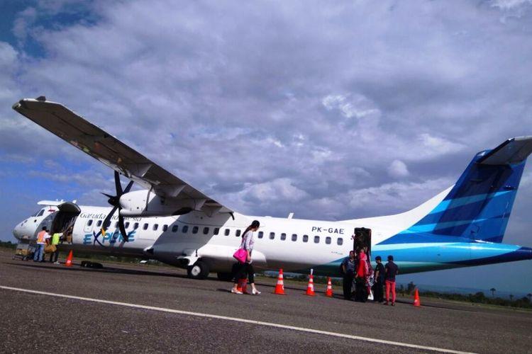 Penumpang menuju pesawat di Bandara Malikussaleh, Aceh Utara, Minggu (9/7/2017)