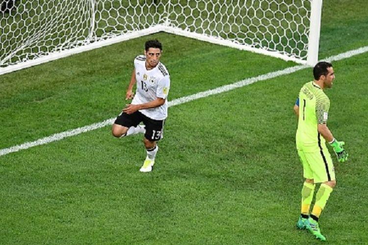 Lars Stindl merayakan gol Jerman ke gawang Cile yang dijaga Claudio Bravo pada laga final Piala Konfederasi 2017 di Saint Petersburg, Minggu (2/7/2017).