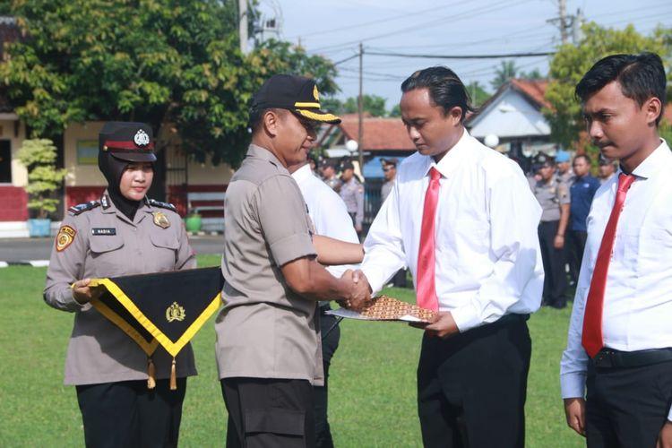Kapolres Batang Jawa Tengah memberikan penghargaan ke empat anggotanya yang berhasil menangkap tersangka pencurian ban ambulans dan mobil pribadi.