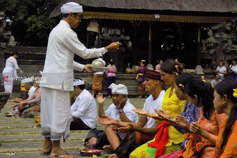 Ikut Persembayangan Galungan Kuningan di Ubud, Sepasang Turis Asal Polandia Gunakan Pakaian Adat Bali