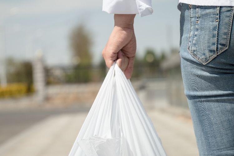 Kantong plastik akan mulai dilarang penggunaannya secara total mulai 5 Juni 2018 mendatang.