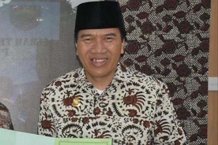 Bupati batang Jawa Tengah Wihaji menyerahkan sertifikat tanah kepada Rektor Undip Yos Johan Utama.