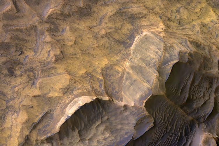 Batu pasir berpola di Mars. Gambar ini merupakan hasil kolaborasi HiRISE dan CRISM.