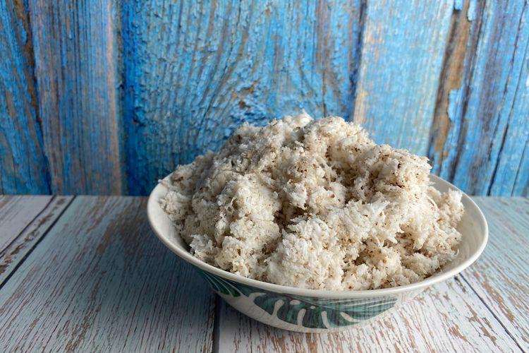 Ilustrasi kelapa parut kukus untuk taburan kue tradisional Indonesia.