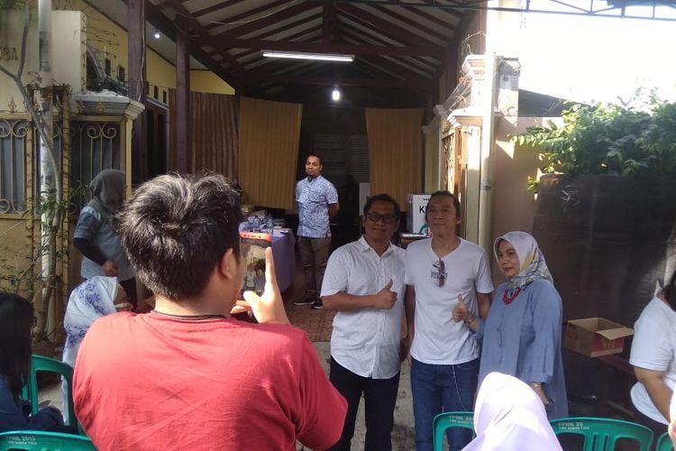 Bimbim Slank berfoto bersama usai mencoblos dalam pemilu 2019 di TPS 31, kawasan Potlot, Duren Tiga, Jakarta Selatan, Rabu (17/4/2019).
