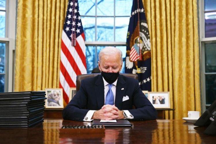 Presiden AS Joe Biden di kantor Oval pada hari pertama menjabat, Rabu (20/01/2021).