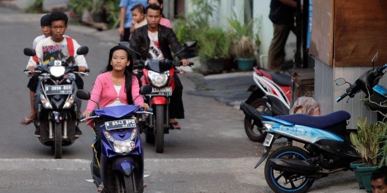 Pengendara sepeda motor di bawah umur dan tak pakai helm.