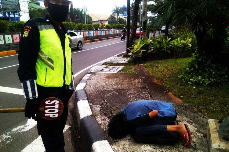 Mulyadi tersungkur lemas di depan Gandaria City, Kebayoran Lama, Jakarta Selatan, Senin (11/5/2020)