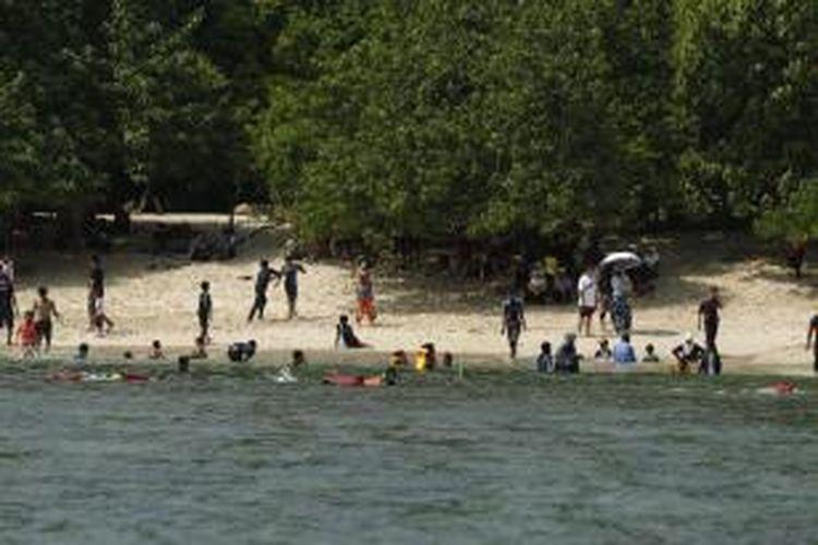 Geliat wisata di Pantai Pasir Putih Pangandaran, Kabupaten Ciamis, Jawa Barat, Minggu (5/5/2013). Kawasan yang pernah luluh lantak karena tsunami pada 2006 lalu, kini sudah pulih dan menjadi salah satu tujuan wisata favorit di Jawa Barat.