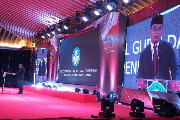 Menteri Pendidikan Muhadjir Effendy berpidato pada acara penganugerahan Guru Berprestasi dan Berdedikasi di Grand Sahid Jaya Hotel, Jakarta, Jumat (16/8/2019) malam.