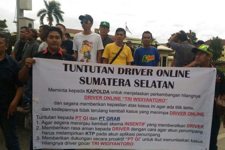 Salah satu komunitas driver online turun ke lapangan melanjutkan aksi demo pencarian driver Tri Widyantoro.