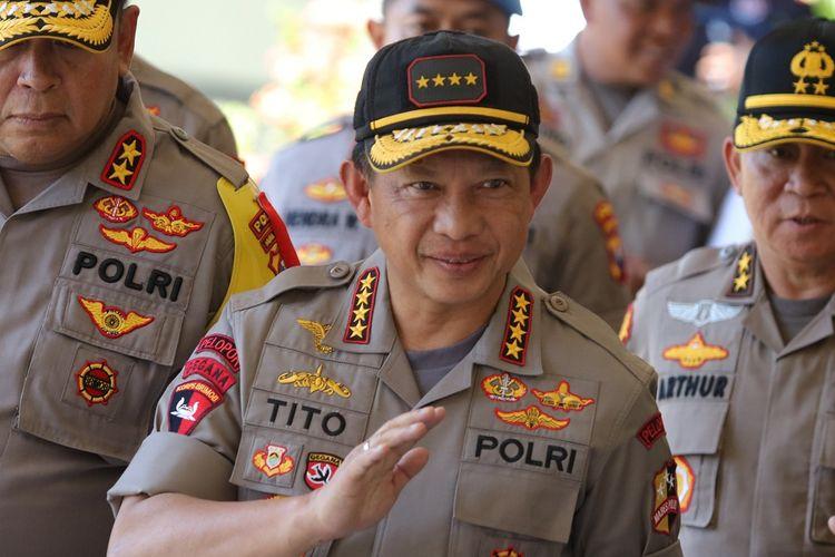 Kapolri Jenderal Tito Karnavian (tengah) berjalan memasuki Rumah Sakit Bhayangkara Polda Jawa Timur, Surabaya, Jawa Timur, Senin (19/8/2019). Kedatangannya untuk menjenguk anggota polisi Aiptu Agus Sumartono yang dirawat di rumah sakit itu akibat diserang seorang pelaku tidak dikenal yang diduga simpatisan ISIS, saat bertugas di Polsek Wonokromo, Surabaya Sabtu (17/8/2019). ANTARA FOTO/Didik Suhartono/ama.