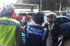 Kurir Galon Ini Masih Boleh Melintas di Jalan Medan Merdeka Barat
