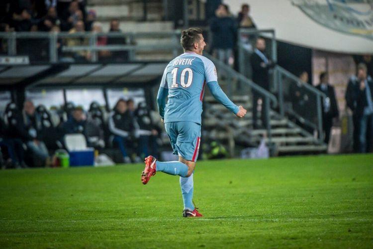 Stevan Jovetic merayakan gol penyama kedudukan AS Monaco saat bertanding di markas Amiens pada lanjutan Ligue 1, Jumat (17/11/2017).