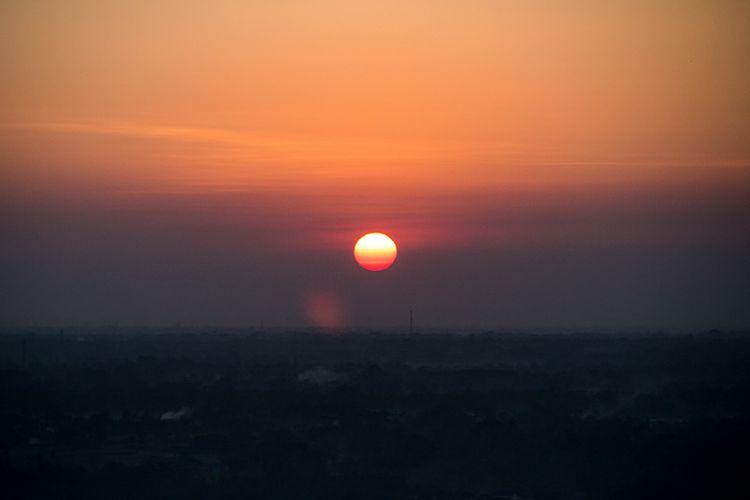 Momen sunrise berupa matahari yang bulat sempurna di ufuk timur
