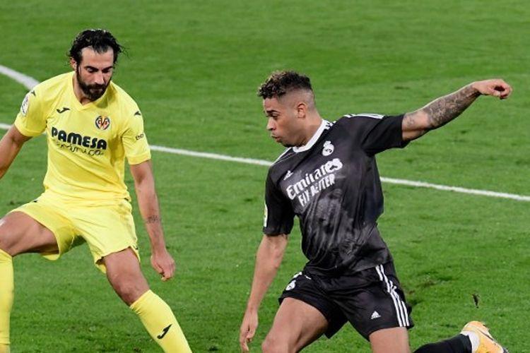 Mariano Diaz mencoba melewati adangan Raul Albiol dalam laga Villarreal vs Real Madrid pada pekan ke-10 LaLiga Spanyol yang dilangsungkan di Stadion De La Ceramica, Sabtu (21/11/2020) malam WIB.