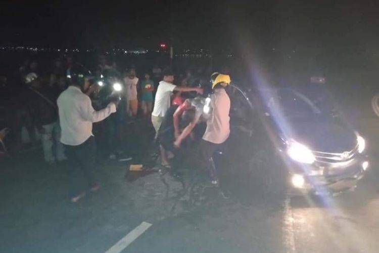 Mobil Toyota Avanza menabrak trotoar dan terbalik di Jalan Jenderal Sudirman Ambon, Selasa (24/9/2019). Dalam insiden kecelakaan itu sopir mobil tewas ditempat/ foto dok Saltalnatas Polres Pulau Ambon