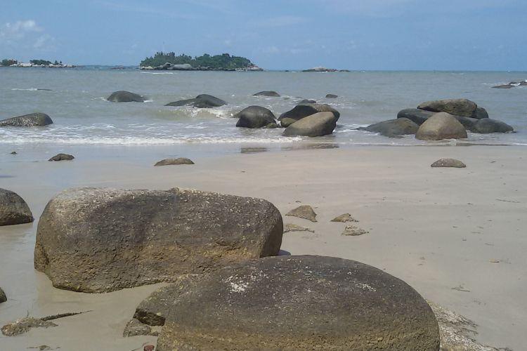 Pantai Penyusuk di Kecamatan Belinyu, Bangka, Kepulauan Bangka Belitung dengan ciri khas hamparan bebatuan granit.