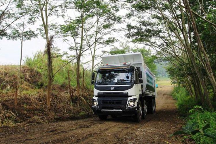 Wartawan berkesempatan mengemudikan truk Volvo FMX 440 saat Volvo Fuelwatch 2015 di Padalarang, Bandung, Jawa Barat, Senin (8/9/2015). Volvo FMX 440 menggunakan mesin diesel D13A-440 yang memiliki fasilitas turbo dan sanggup menghasilkan tenaga hingga 440 HP.