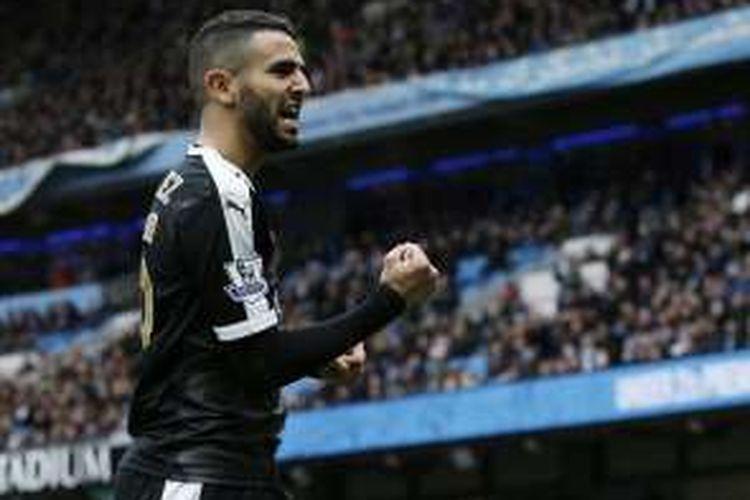 Gelandang Leicester City, Riyad Mahrez, melakukan selebrasi usai membobol gawang Manchester City pada laga lanjutan Premier League di Stadion Etihad, Sabtu (6/2/2016).
