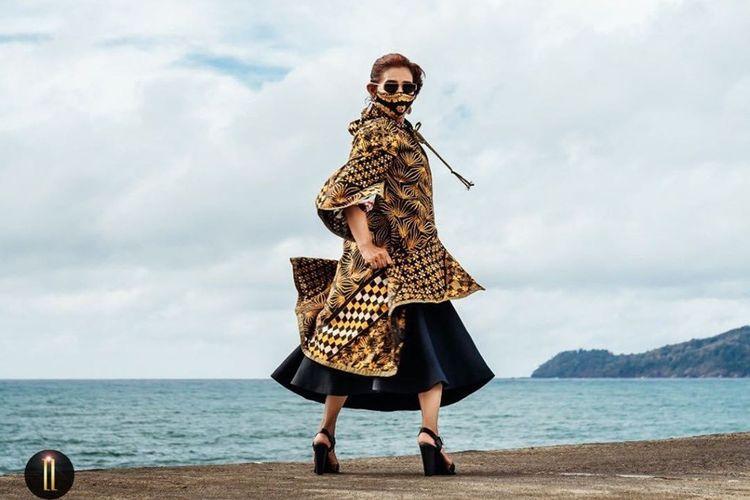 Susi Pudjiastuti saat menjadi model koleksi batik terbaru desainer kondang Anne Avantie.