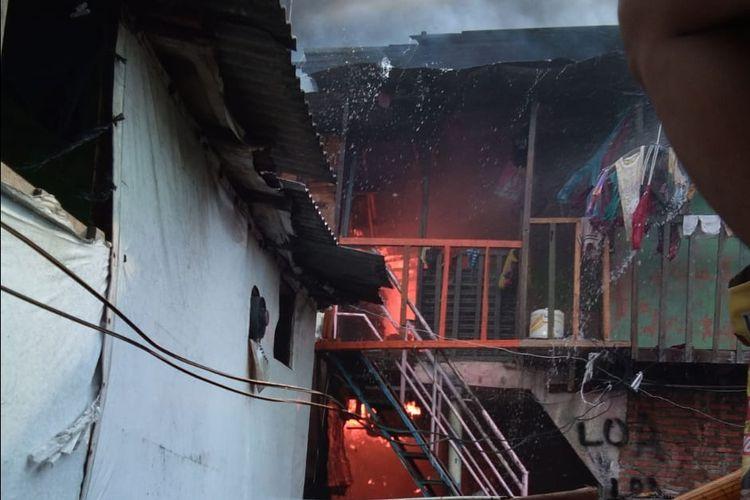 Kondisi rumah di kawasan padat penduduk di Kampung Bandan saat terbakar pada Sabtu (11/5/2019).