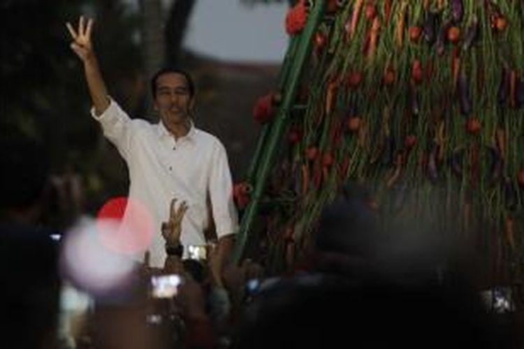 Presiden terpilih Joko Widodo menyapa simpatisannya saat peringatan kemenangan rakyat dan syukuran tumpeng setinggi tujuh meter di Tugu Proklamasi, Jakarta, Rabu (23/7/2014). emilihan Umum, Jakarta, Selasa (22/7/2014). Pasangan Jokowi-JK akhirnya memenangkan Pilpres 2014 dengan persentase 53,15 persen, mengungguli pasangan Prabowo-Hatta dengan perolehan suara sebanyak 46,85 persen. KOMPAS IMAGES/KRISTIANTO PURNOMO