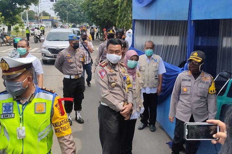 Wadirlantas Polda Jateng AKBP M. Syarhan didampingi Kapolres Tegal Kota AKBP Siti Rondhijah meninjau posko chek point di Kota Tegal, Rabu (29/4/2020)