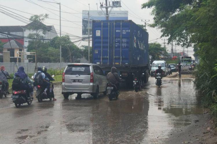 Genangan air terlihat di Jalan Raya Legok, Kab. Tangerang, Kamis (10/1/2019).