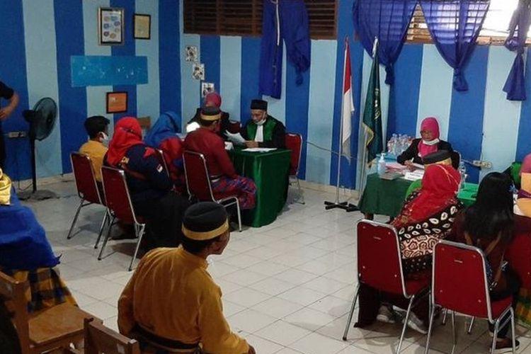 Pemerintah Kota Makassar menggelar pernikahan massal selama dua hari yang melibatkan 413 pasangan guna merayakan Hari Ulang Tahun Kota Makassar ke-413.