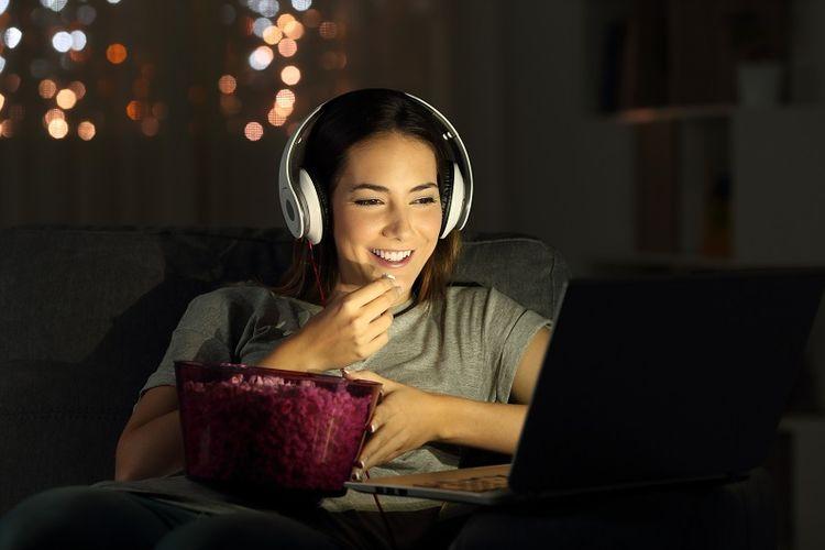 Ilustrasi streaming film di laptop.