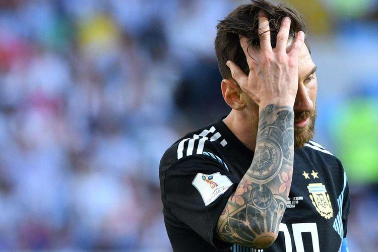 Reaksi Lionel Messi seusai laga pertandingan Argentina melawan Islandia, penyisihan Grup D Piala Dunia 2018 di Otkrytiye Arena, Sabtu (16/6/2018). Pertandingan berakhir imbang 1-1, setelah Messi gagal memanfaatkan peluang tendangan penalti pada babak kedua.