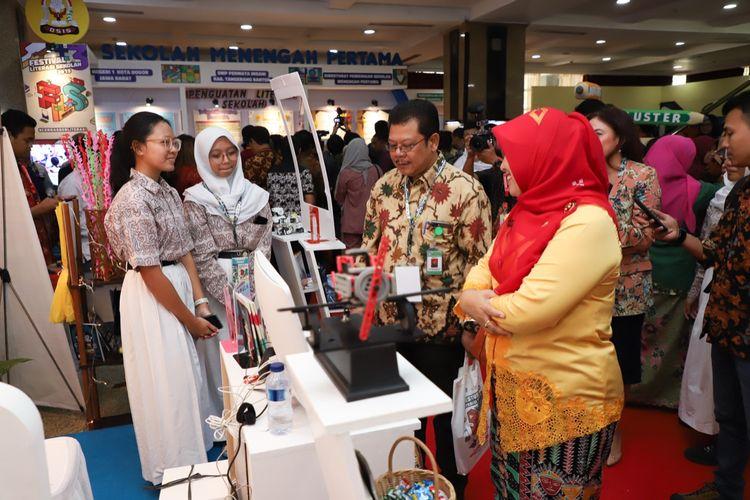 Direktur PSMA Purwadi saat mengunjungi salah satu stan pameran dalam Festival Literasi Siswa (FLS) yang digelar di Gedung Kemendikbud Jakarta, 26-29 Juli 2019.