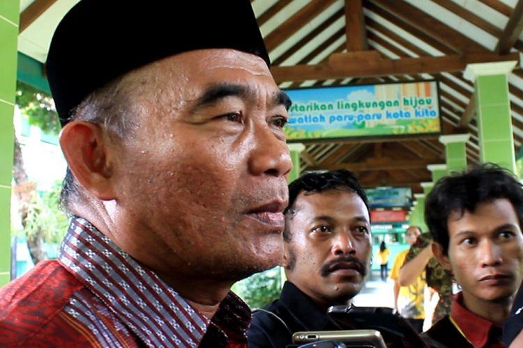 Menteri Pendidikan dan Kebudayaan (Mendikbud) Muhadjir Effendy saat ditemui pasca kegiatan pembagian Kartu Indonesia Pintar (KIP) di SMPN 2 Banjarnegara, Jateng, Jumat (16/6/2017).