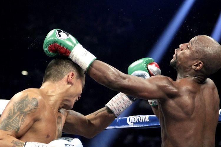 Floyd Mayweather Jr bertarung melawan Marcos Maidana di MGM Grand, Las Vegas, pada 13 September 2014.