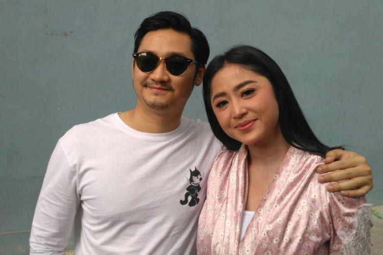 Pedangdut Dewi Perssik dan suaminya Angga Wijaya saat ditemui usai tampil di salah satu acara stasiun televisi swasta di kawasan Mampang, Jakarta Selatan, Selasa (2/4/2019).