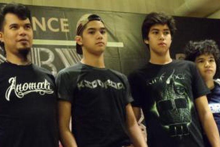 Ahmad Dhani (paling kiri) bersama ketiga putranya, (dari kiri ke kanan) Al, El, dan Dul.