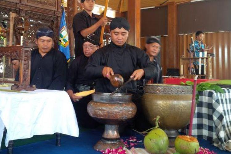 Sejumlah pusaka peninggalan Bupati Semarang pertama, yakni Sunan Pandanaran II dijamas di pendopo Bupati Semarang, di Ungaran, Selasa (11/10/2016) siang oleh para pamong budaya setempat.