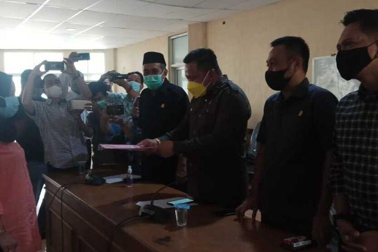 Hervina menyerahkan petisi warga terkait pemecatan dirinya sebagai guru honorer ke pimpinan Dewan Perwakilan Rakyat Daerah (DPRD) Kabupaten Bone, Sulawesi Selatan. Senin, (15/2/2021).