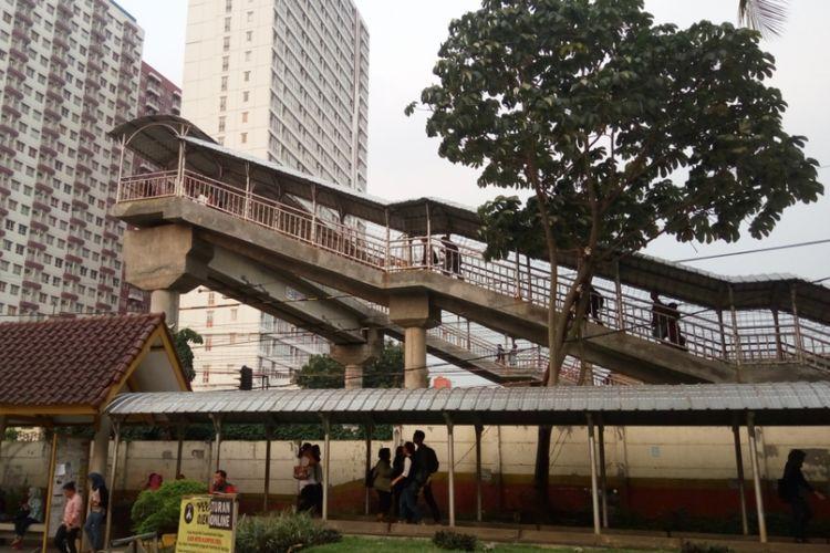Jembatan penyeberangan orang yang berlokasi tak jauh dari Stasiun UI. Jembatan ini menjadi akses penghubung bagi pejalan kaki dari arah Jalan Margonda yang hendak menuju komplek Kampus UI, tak terkecuali Stasiun UI sendiri.