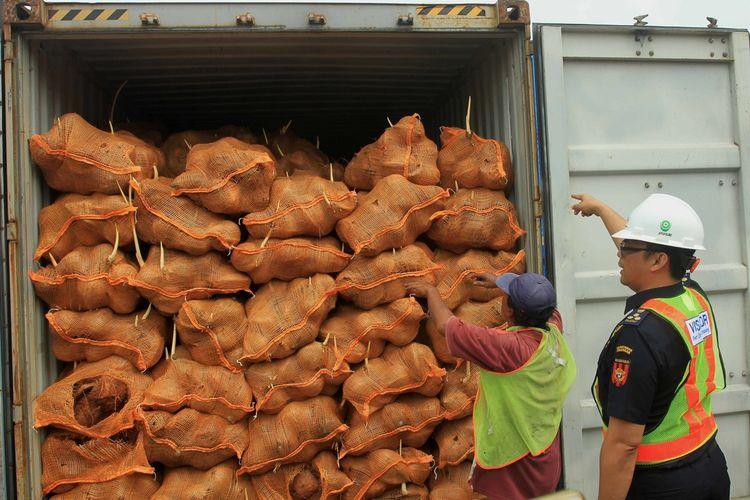 25 kontainer kelapa ekspor dari Sumatera Selatan dikembalikan pihak pemerintah Thailand karena kondisi kelapa yang sudah mulai bertunas, Selasa (19/11/2019).