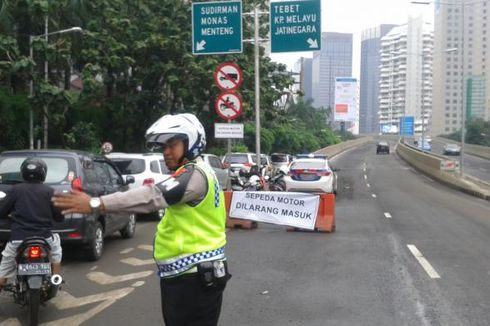Mana Harus Dituruti Ketika di Persimpangan, Polisi atau Lampu Merah?