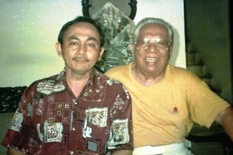 Sardjono Danardi (kiri) menggali cerita tentang almarhum ayahnya dari bekas kolega-kolega sang ayah.