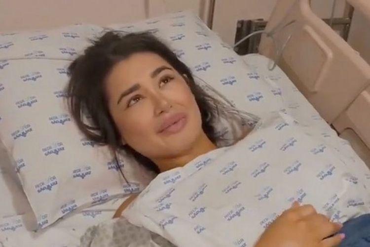 Beatriz Rabi, gadis 19 tahun yang merupakan influencer di Brasil saat dirawat di rumah sakit, Dia menderita patah tulang di 28 bagian setelah jatuh dari motor dan ditabrak truk.