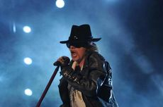 Aksi Panggung Pentolan Guns N' Roses Ini Bikin Geleng-geleng Kepala