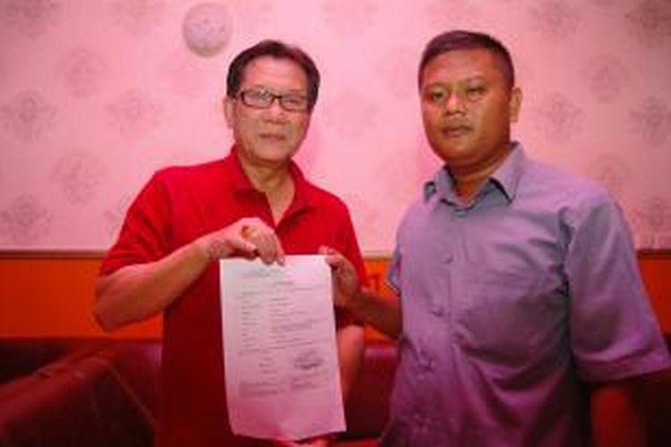 Gunawan Hasan bersama kuasa hukumnya menunjukkan tanda bukti lapor Bareskrim atas tuduhan pengrusakan barang dan kejahatan jabatan yang dilakukan Wali Kota Bogor Bima Arya Sugiarto.