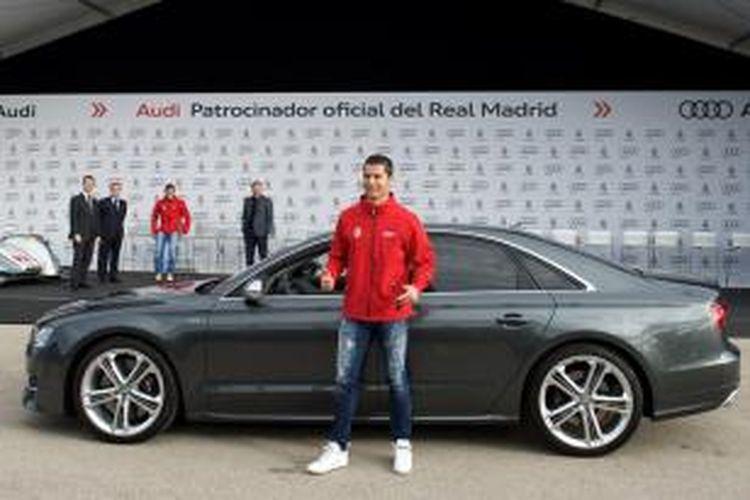 Cristiano Ronaldo dengan Audi S8 pilihannya.